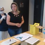 Enfermeira do trabalho realizando a aplicação da vacina de prevenção contra a febre amarela
